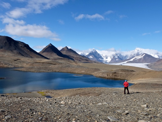 lakes mountains and glaciers on the crest of the Shackleton hike